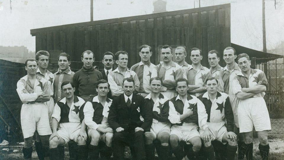 Josef Laufer avec 'son' club Slavia Prague en 1923 | Photo: e-Sbírky,  Musée national,  CC BY 4.0