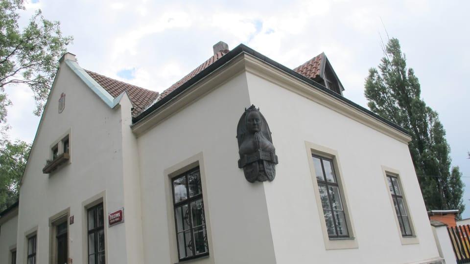 Le buste d'Eliška Přemyslovna sur une maison à Vyšehrad,  photo: Kristýna Maková