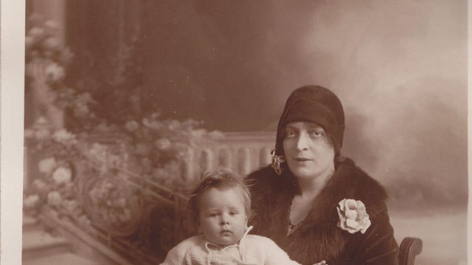 Suzanne Renaud avec le fils Daniel à Grenoble   Photo: Lucie Tučková/Archives de la famille Reynek