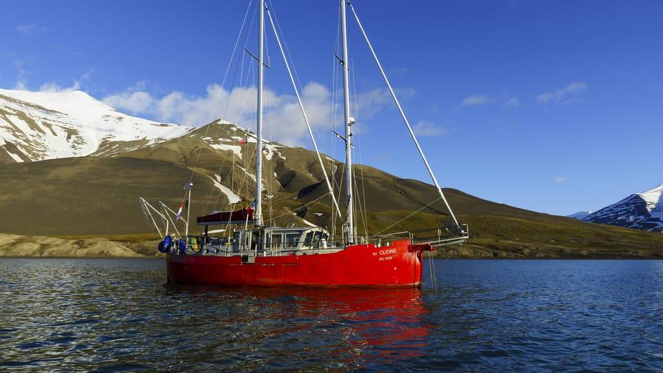 Le Clione,  navire de recherches naviguant autour de Svalbard,  photo: Centre for polar ecology