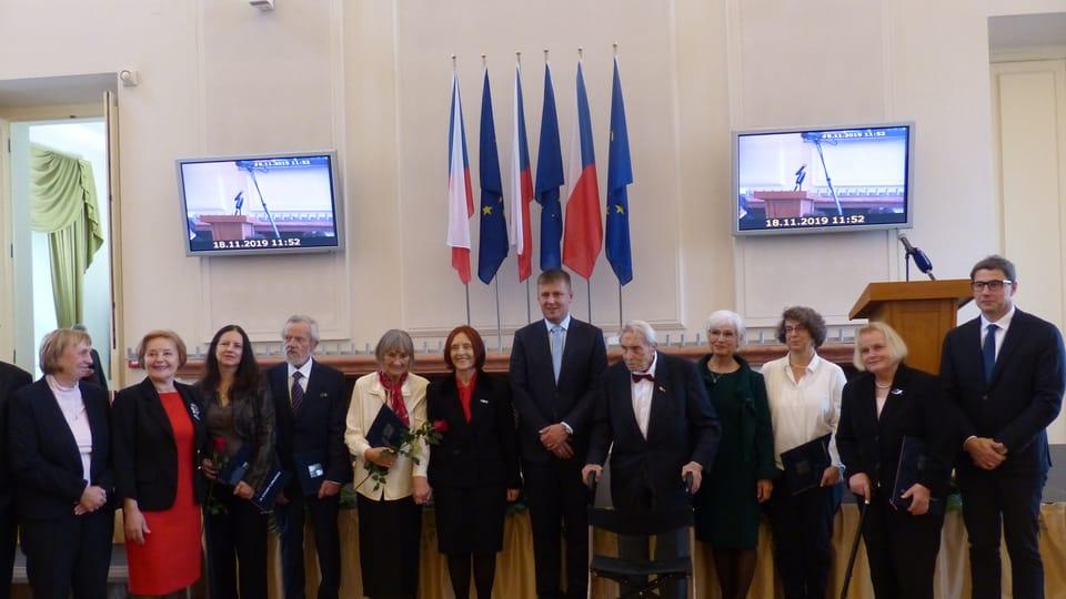 Douze personnalités ont reçu,  lundi,  à Prague,  une médaille pour leurs mérites au service de la diplomatie,  photo: Klára Stejskalová