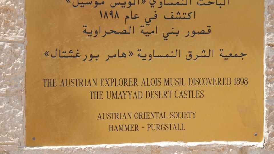 La plaque avec l'inscription de découvreur de Qusair Amra,  Alois Musil,  photo: Břetislav Tureček