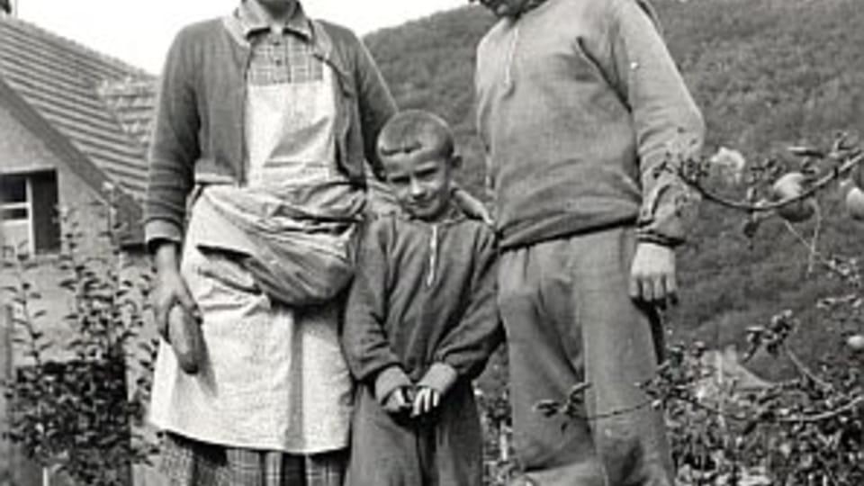 Frantiska,  Miroslav et leur fils dans le jardin