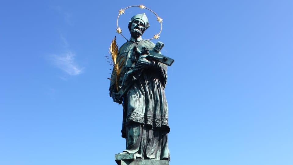 La statue de Saint Jean Népomucène sur le Pont Charles   Photo: Štěpánka Budková,  Radio Prague Int.