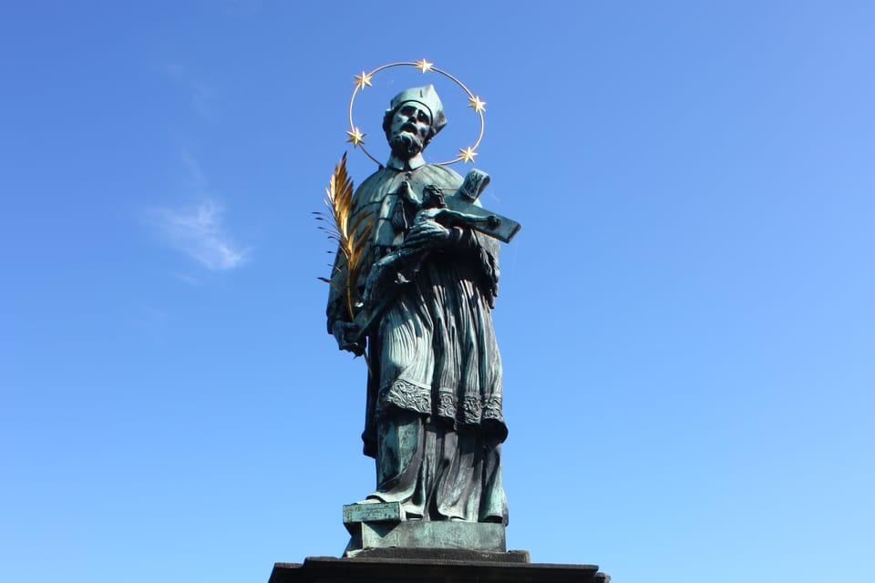 La statue de Saint Jean Népomucène sur le Pont Charles | Photo: Štěpánka Budková,  Radio Prague Int.